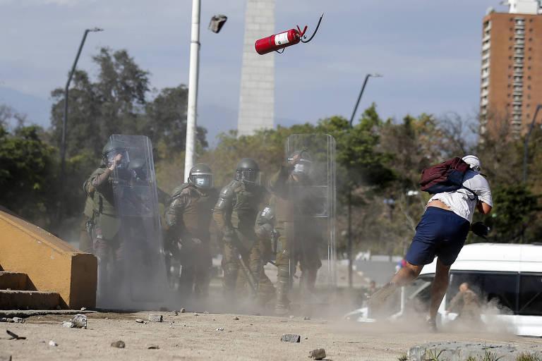Chile registra protestos após jovem ser jogado de ponte