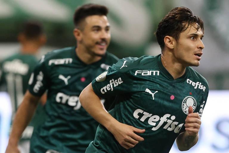 Raphael Veiga (à dir.) comemora o primeiro gol do Palmeiras contra o Ceará