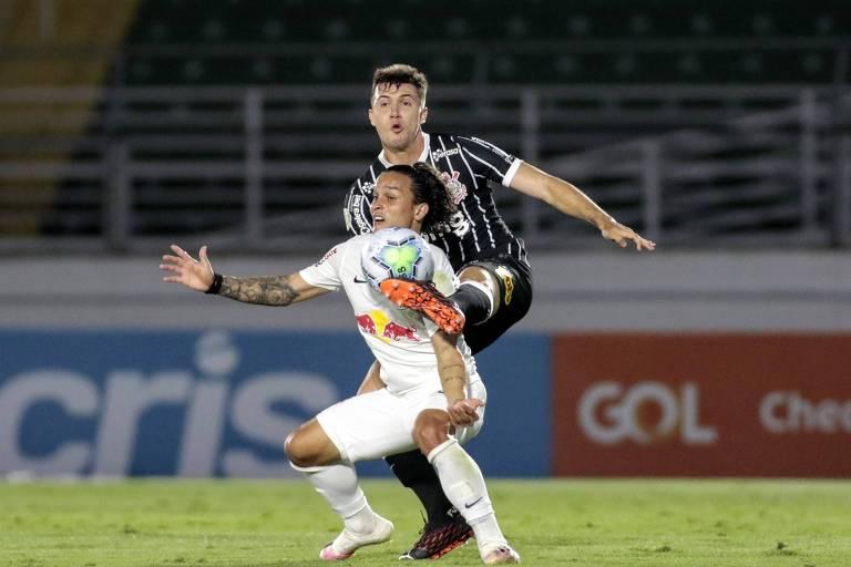 Lateral esquerdo Lucas Piton, do Corinthians, em disputa de bola com o atacante, Arthur, do Bragantino.