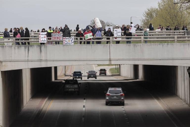 Manifestantes protestam contra cortes em pagamentos, benefícios e verbas para escolas em Oklahoma City