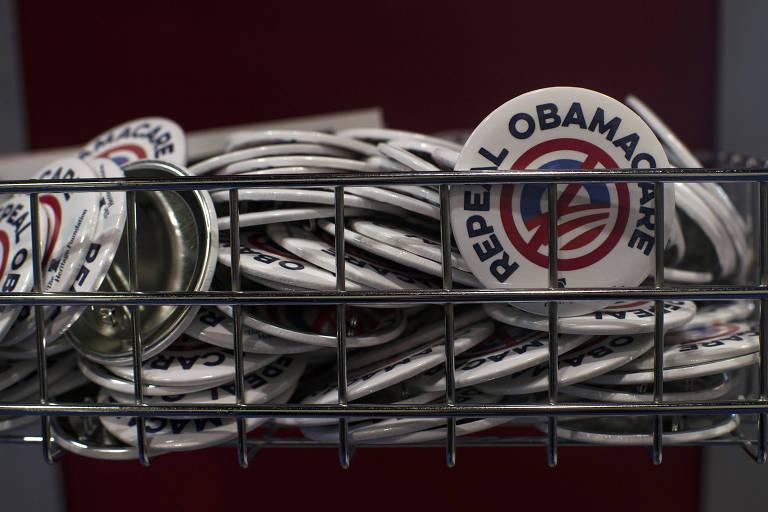 Broches com mensagem anti-Obamacare distribuídos na Heritage Foundation em Maryland