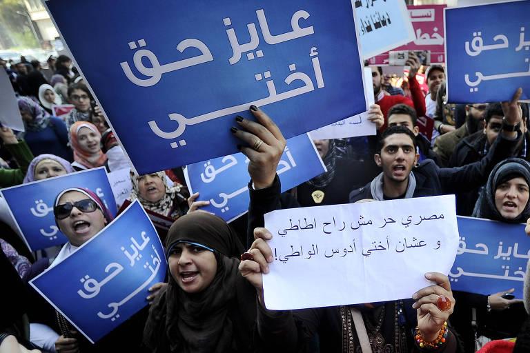 Mulheres egípcias protestam contra testes de virgindade no Cairo, com cartazes dizendo 'pelo direito das minhas irmãs'