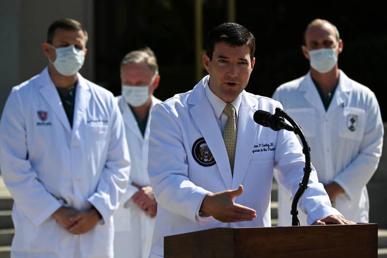 O médico da Casa Branca, Sean Conley, acompanhando da equipe que atende o presidente Donald Trump, durante entrevista coletiva no hospital militar Walter Reed