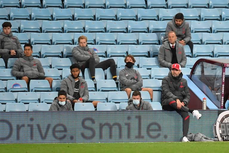 Desolados, jogadores reservas do Liverpool  e Jürgen Klopp assistem à derrota de sua equipe por 7 a 2 para o Aston Villa