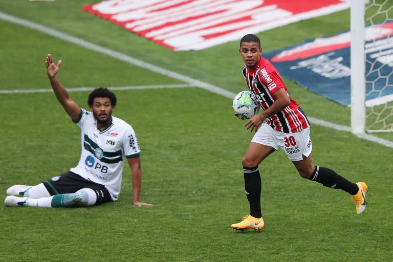 Brenner (à dir.) observa o bandeirinha anular o gol que ele marcou pelo São Paulo contra o Coritiba