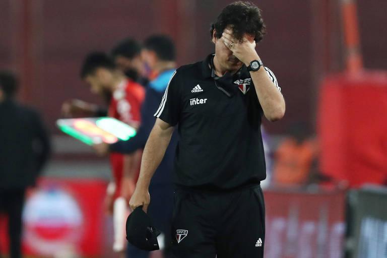 O técnico na derrota para o River Plate, que marcou a eliminação do São Paulo ainda na fase de grupos da Libertadores. O revés precoce no torneio fez Diniz ser muito cobrado por torcedores, mas ele foi bancado no cargo por Raí