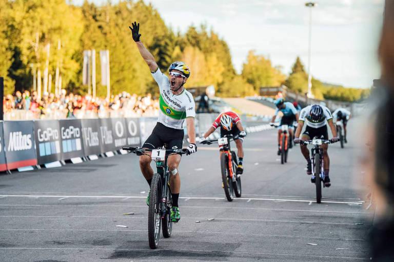 O ciclista brasileiro Henrique Avancini vence prova de cross country olímpico em Nové Mesto, na República Tcheca