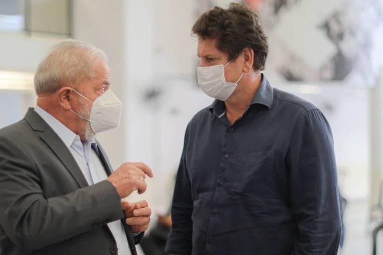 Com Fernando Haddad atrás, o candidato do PT à Prefeitura de SP, Jilmar Tatto, cumprimenta Lula em evento de lançamento de plano do PT, em São Bernardo