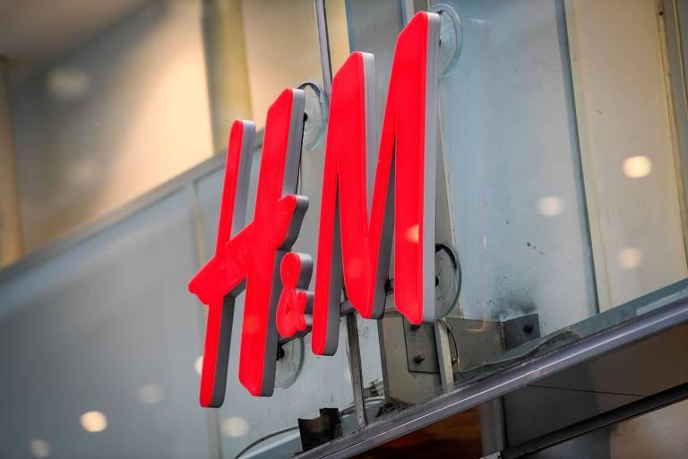 Placa vermelha com as letras H & M