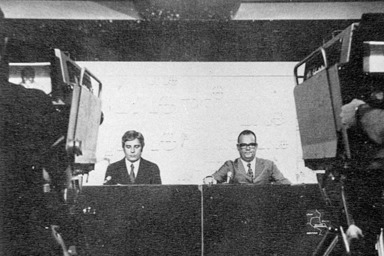 Os jornalistas Cid Moreira (esq.) e Hilton Gomes durante gravação de estreia do Jornal Nacional, da Globo, no Rio de Janeiro