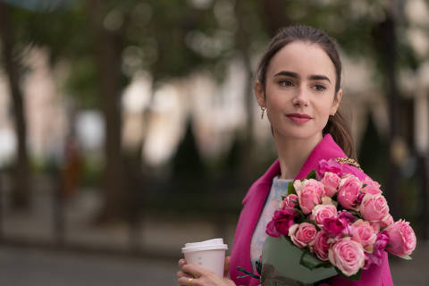 EMILY IN PARIS (L to R) LILY COLLINS as EMILY in episode 104 of EMILY IN PARIS Cr. STEPHANIE BRANCHU/NETFLIX © 2020