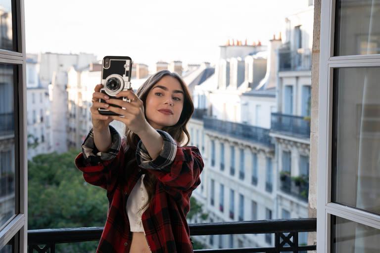 Série 'Emily in Paris' traz protagonista intepretada por Lily Collins, uma jovem americana que se muda para a capital francesa a trabalho