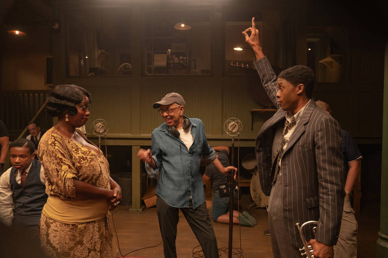 Black Bottom de Ma Rainey (2020): (da esquerda para a direita) Viola Davis como Ma Rainey, o diretor George C. Wolfe e Chadwick Boseman como Levee