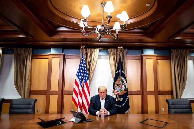 O presidente americano, Donald Trump, durante chamada telefônica com o vice Mike Pence, de dentro do hospital Walter Reed, em Maryland