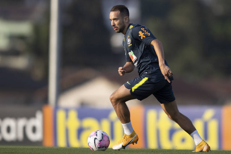 Everton Ribeiro em ação no primeiro treino da seleção brasileira para a estreia nas Eliminatórias da Copa do Mundo de 2022