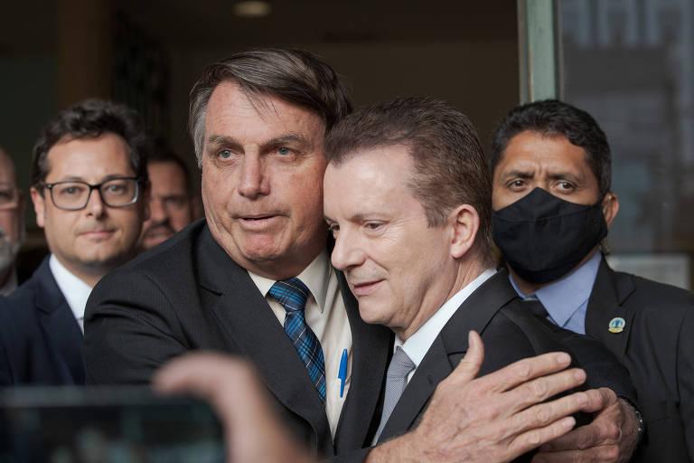 O candidato a prefeitura Celso Russomano (Republicanos) e o Presidente da Republica Jair Messias Bolsonaro falam ao publico apos reuniao no Aeroporto de Congonhas, zona sul da cidade de Sao Paulo, nesta Segunda-feira