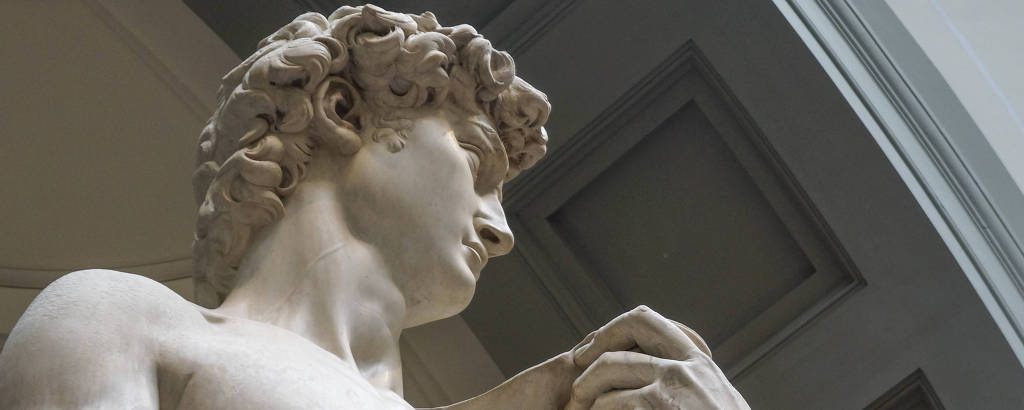 Escultura de Davi, obra renascentista de Michelangelo, na Galleria dell'Accademia, em Florença