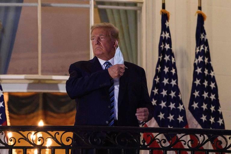 O presidente Donald Trump tira máscara ao chegar à Casa Branca, após três dias internado para tratar da Covid-19