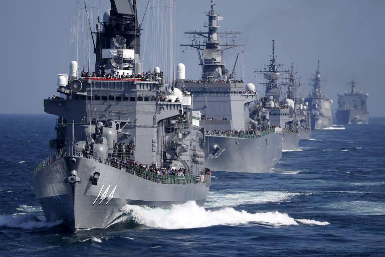 Navios da Marinha japonesa, com o destróier Kurama à frente, durante parada ao sul de Tóquio