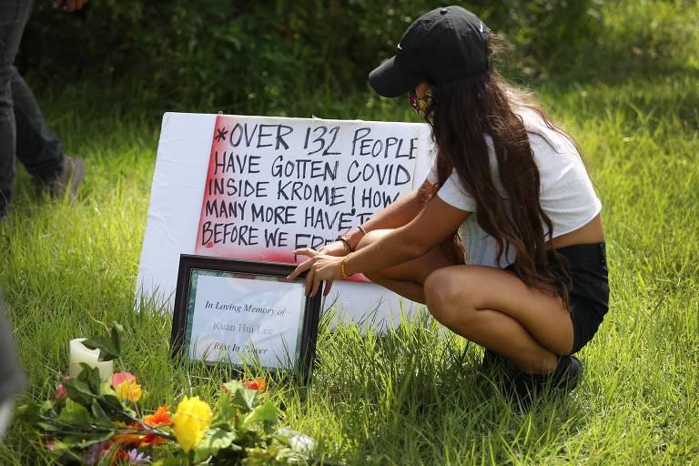 Mulher participa de homenagem a imigrantes mortos por Covid-19 em prisões do ICE, nos EUA; protesto ocorreu na Flórida após morte de homem de Taiwan