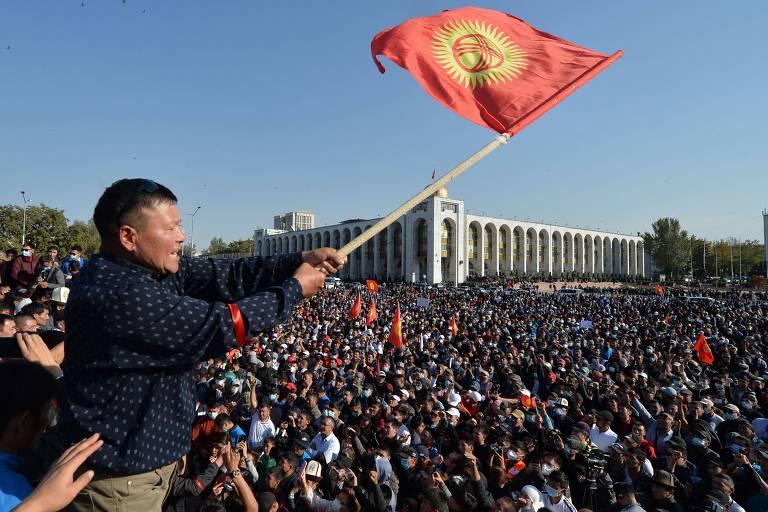 Manifestantes protestam contra o resultado da eleição parlamentar no Quirguistão
