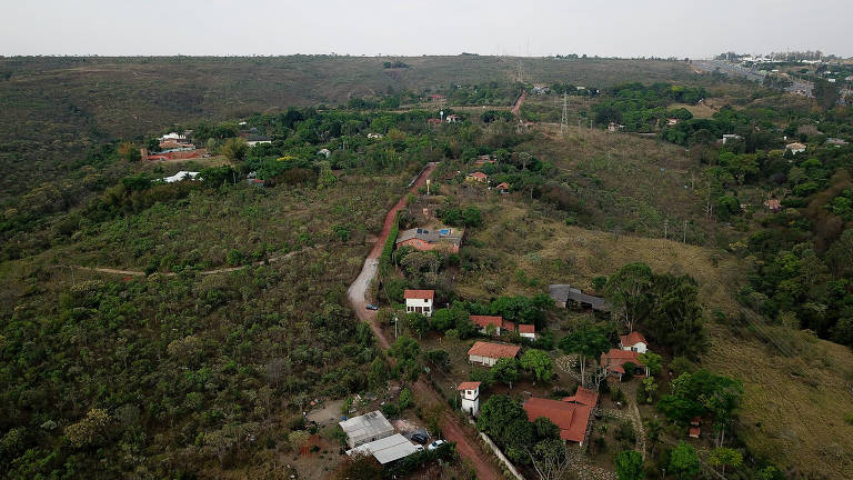 Imagem aérea mostra casas em meia a fragmentos de vegetação