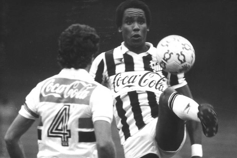 Serginho Chulapa em ação pelo Santos contra o São Paulo no Campeonato Paulista em 1988, dois meses depois da renúncia de Manuel dos Santos Sá
