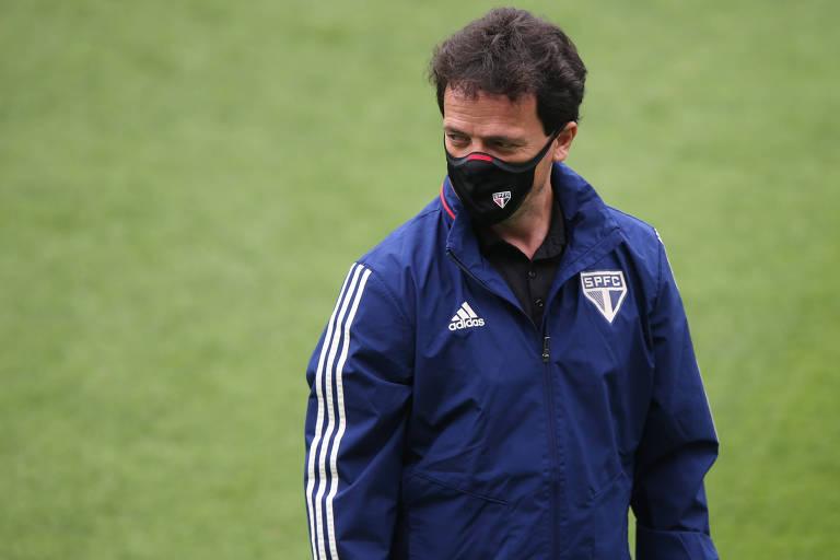 O técnico Fernando Diniz está ameaçado em seu cargo à frente do São Paulo