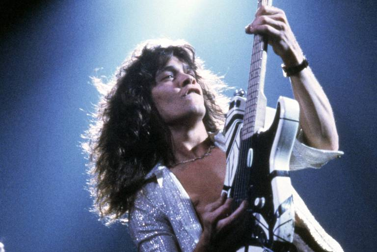 Homem toca guitarra