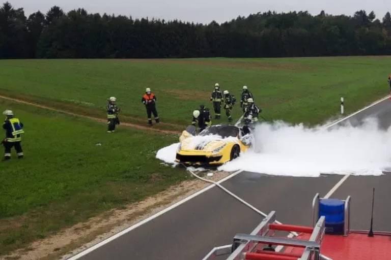 Ferrari de R$ 2,3 milhões pega fogo e motorista escapa por pouco