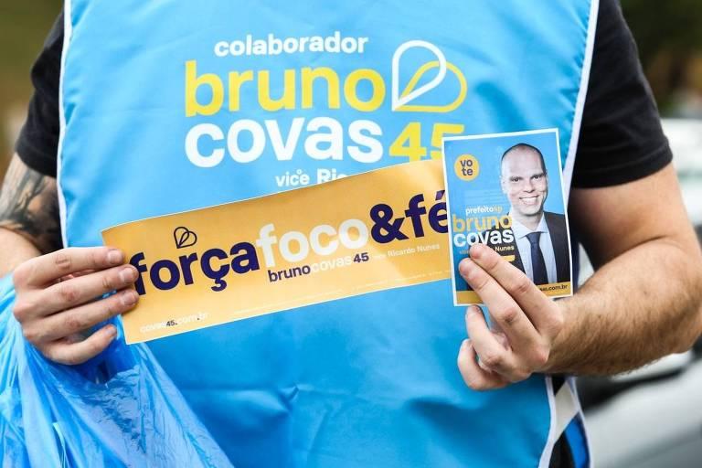 Materiais da campanha do prefeito Bruno Covas, usados durante adesivaço