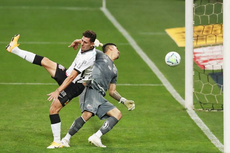 Danilo Avelar disputa a bola com o goleiro João Paulo e consegue empurrar a bola para o fundo da rede