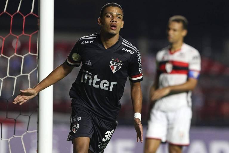 Brenner comemora gol pelo São Paulo contra o Atlético-GO