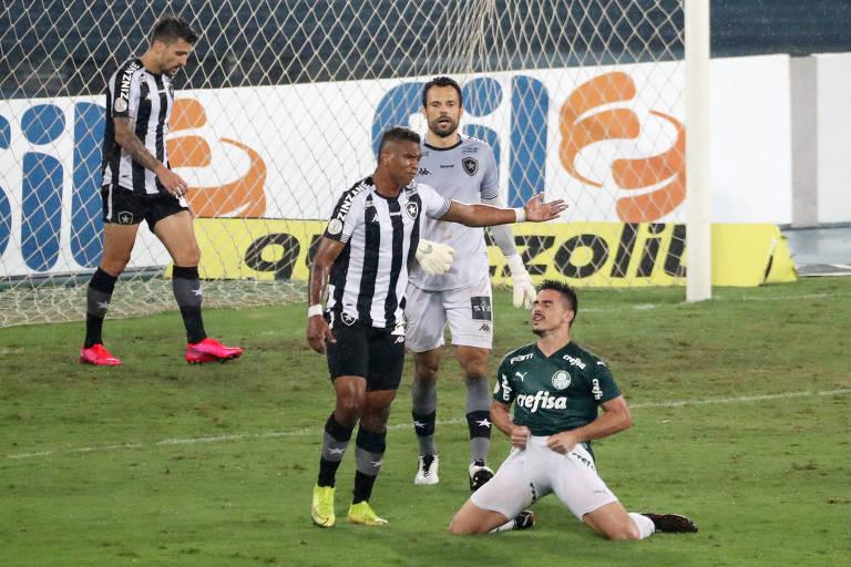Willian lamenta pênalti perdido em jogo entre Palmeiras e Botafogo