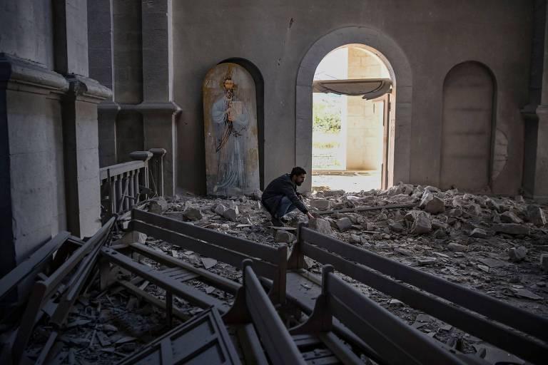 Homem observa os destroços do teto da catedral de Ghazanchetsot, na cidade de Shusha