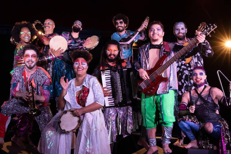 """Elenco de """"Jacksons do Pandeiro"""", da companhia de teatro Barca dos Corações Partidos, dirigido por Duda Maia"""