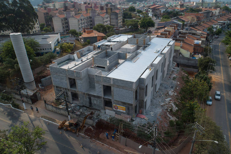 Vista aérea de prédio de dois andares, em obras inacabadas