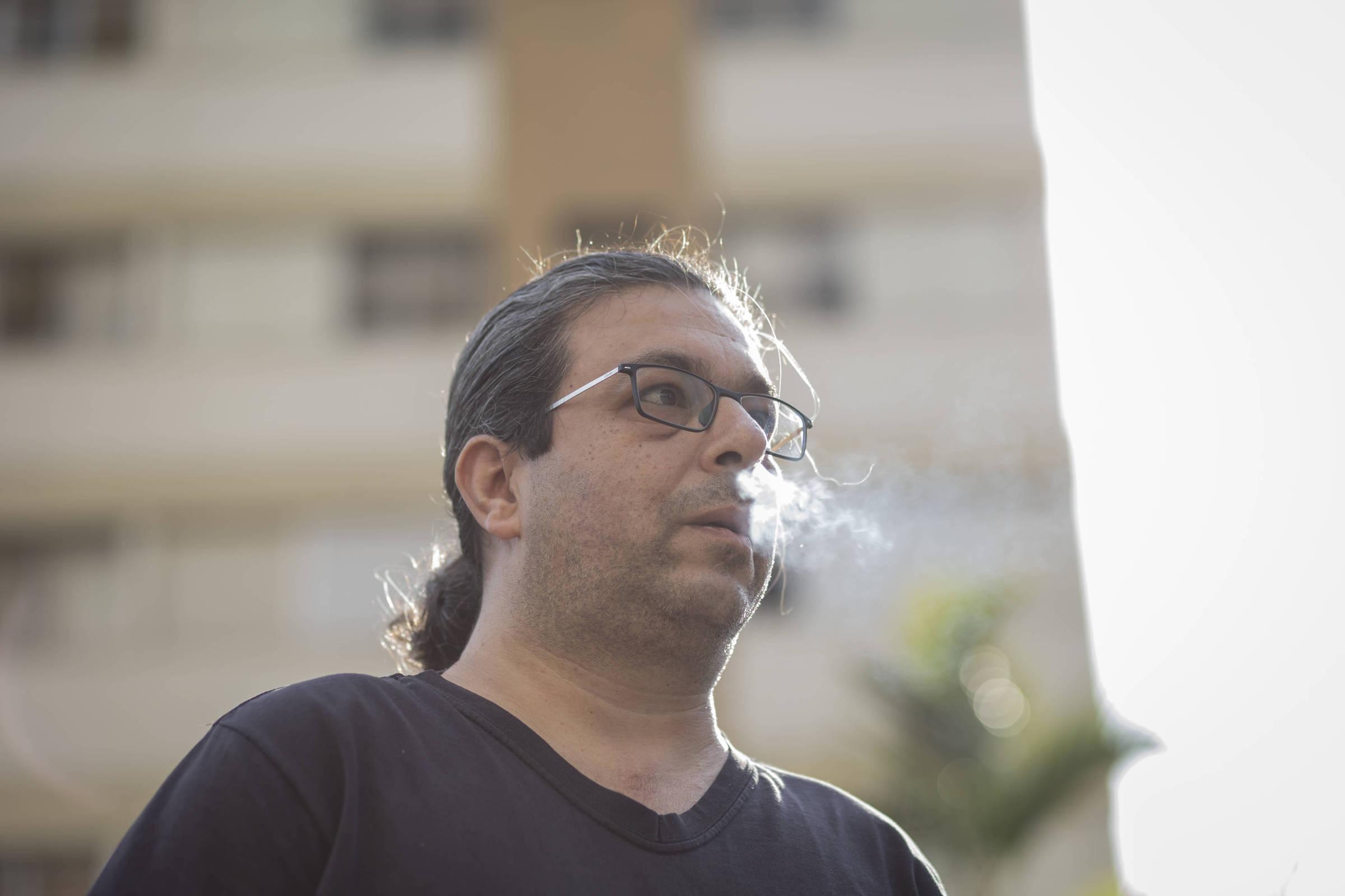 Victorios Shams, que hoje apresenta um programa online sobre o mundo do trabalho no Brasil, em árabe