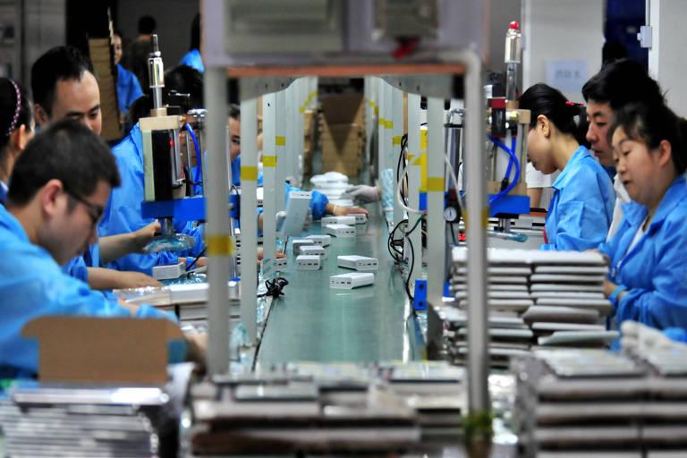 Funcionários trabalham em linha de montagem de baterias de lítio na cidade de Yichang, na província de Hubei, na China