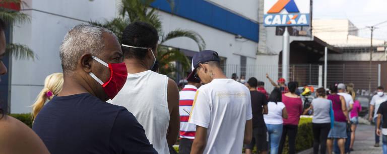Fila para saque do auxilio emergencial do governo na agência da Caixa do Jaçanã