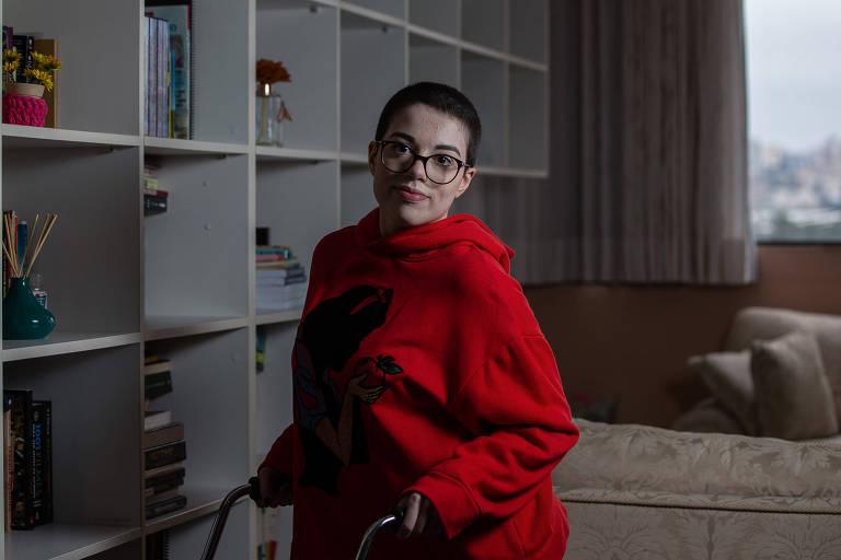 Beatriz Bebiano, 24, tradutora, na casa dela em Santo André; ela comprou roupas mais confortáveis para aproveitar o home office