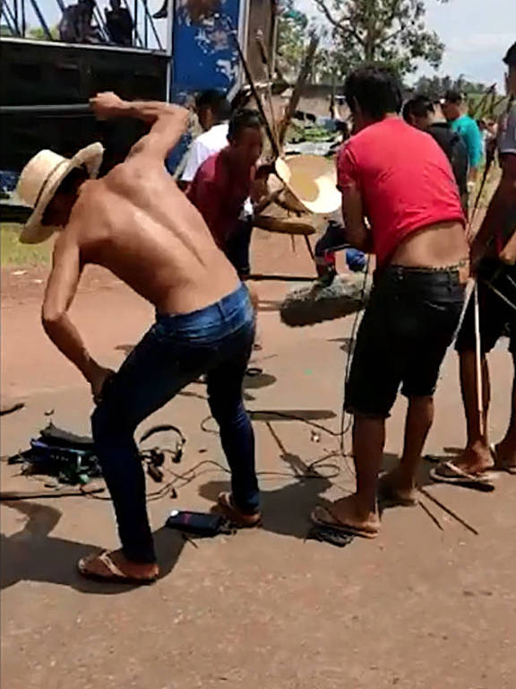Indígenas pró-garimpo destruindo material de filmagem
