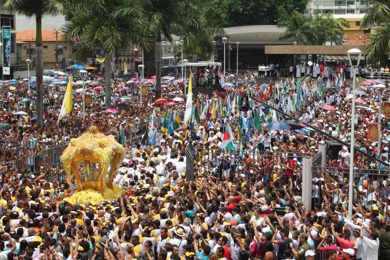 Multidão nas ruas perto da imagem de Nossa Senhora de Nazaré.