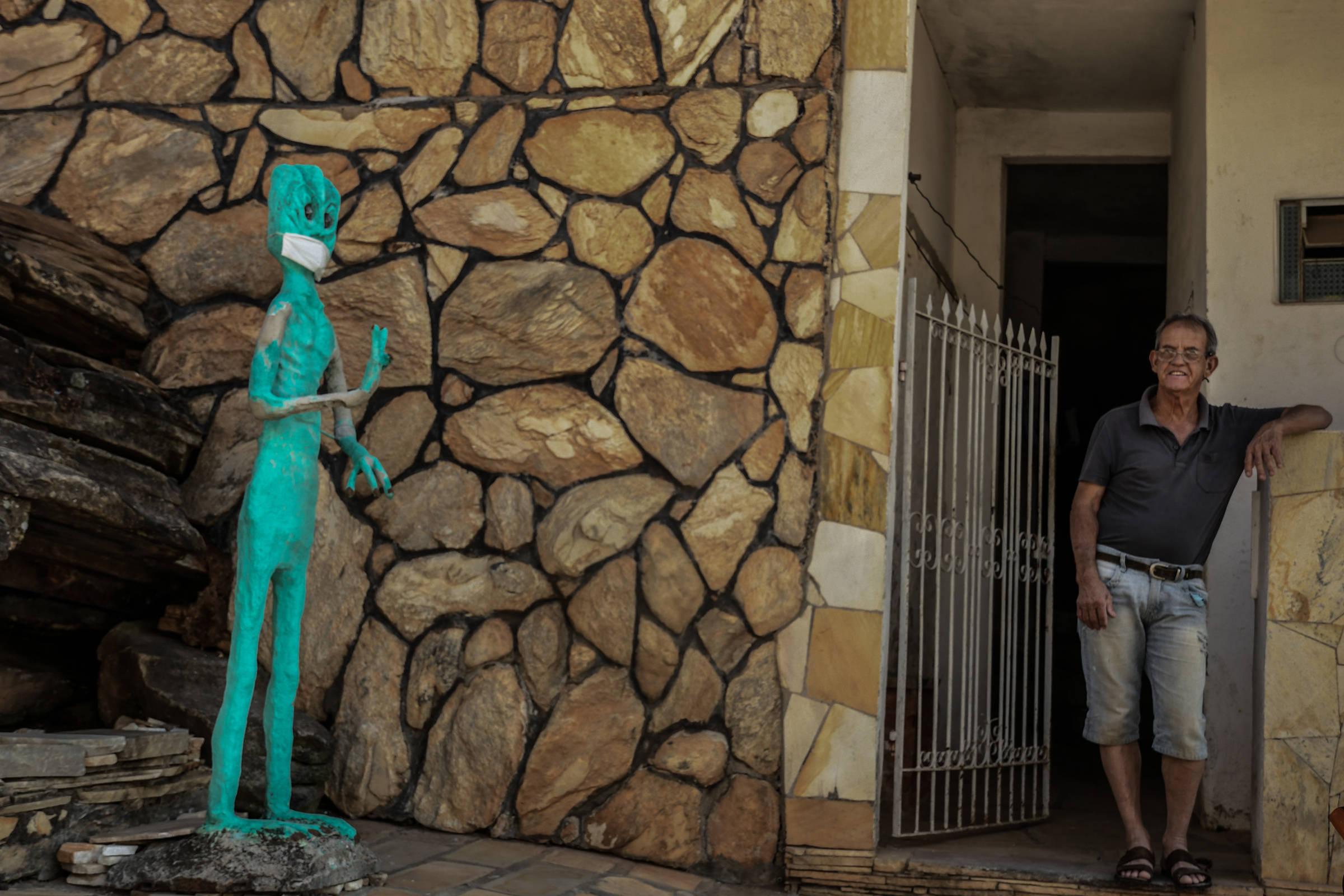 Escultura de ET é vista com máscara em rua de São Tomé das Letras, em Minas Gerais