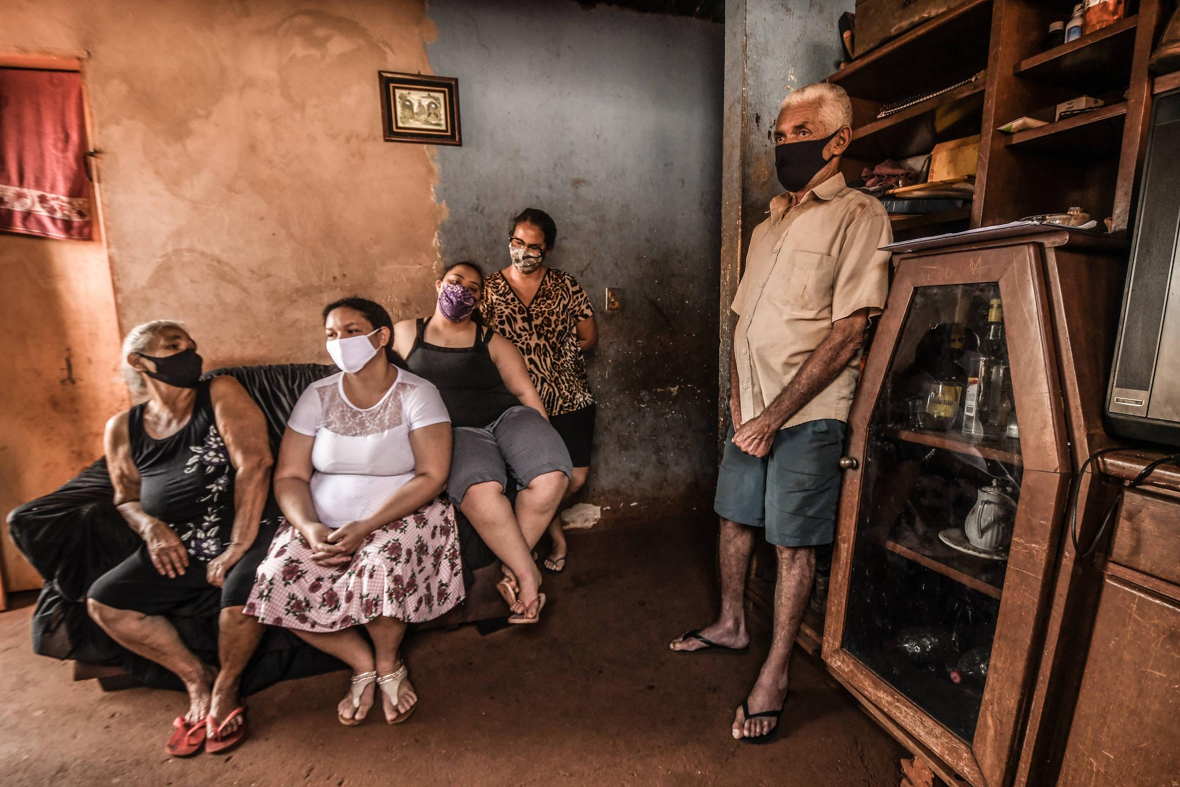 Maria Barbosa Meira, 62, ( à esquerda) foi a primeira moradora a contrair Covid-19 na cidade de Florínea. Na sala de casa, ela está sentada ao lado das filhas, Cristiane Barbosa Meira dos Santos, 35, Ana Luiza Barbosa Meira , 18, e Daniela Barbosa Meira, 37, em pé, o marido de Maria, Aldo Vasconcelos Meira, 62