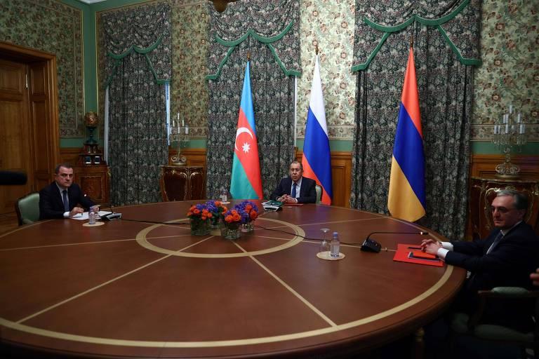 Da esq. para a dir., os chanceleres Bayramov (Azerbaijão), Lavrov (Rússia) e Mnatsakanyan (Armênia) durante início do encontro na Casa de Recepções do Ministério das Relações Exteriores em Moscou