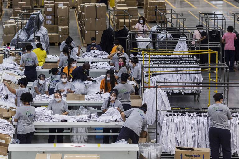 Funcionários trabalham no Centro de distribuição  da C&A