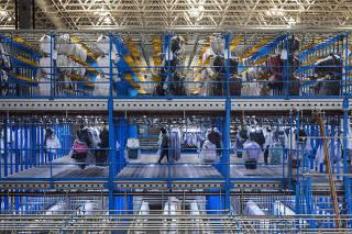 ***Especial FOLHA*** Area do galpao  do Centro de distribuicao  da C & A   com vestuarios destinados apenas para as lojas fisicas do Brasil . Galpao situado no Parque Ipe em SP