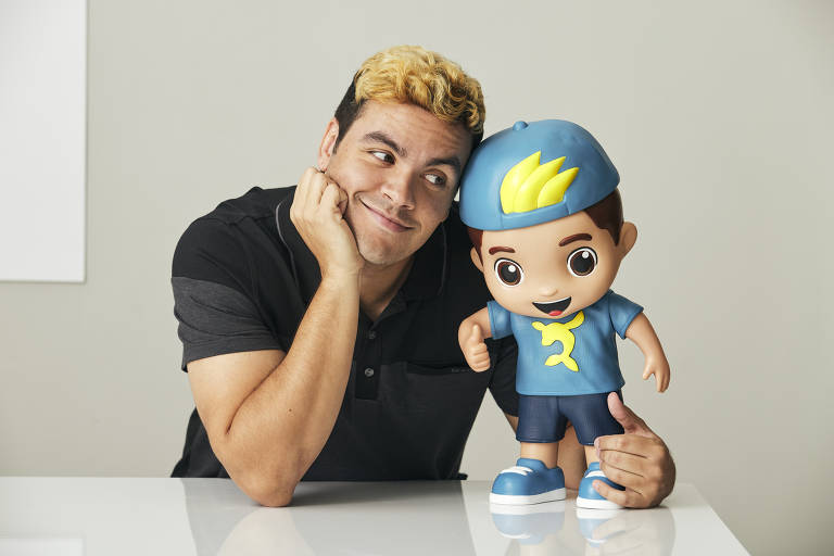 O empresário e youtuber carioca Luccas Neto, 29, posa com seu boneco