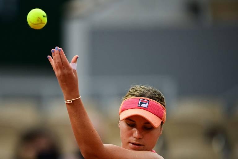 Sofia Kenin prepara saque nas semifinais de Roland Garros